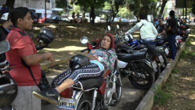 Photo of Venezolanos enfrentan largas filas y caos por gasolina