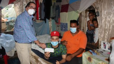 Photo of Amílcar hace aporte de 100 mil pesos para reparación de casa en Vista al Valle