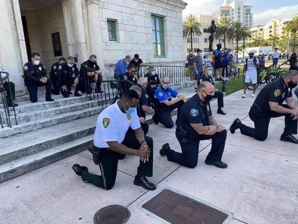 Photo of Policías de Nueva York y Nueva Jersey se arrodillan en solidaridad protesta