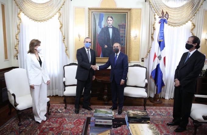 Photo of Abinader designa tres comisiones y revela lo tratado con Danilo Medina