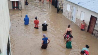 Photo of Se desborda el rio jaya; inunda 5 barrios creando desesperación y angustia entre residentes