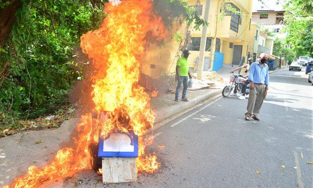 """Photo of Queman """"Judas"""" en protesta por obras inconclusas"""
