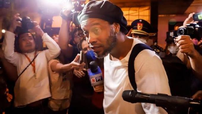Photo of Ronaldinho saldrá libre y se mudará a Barcelona