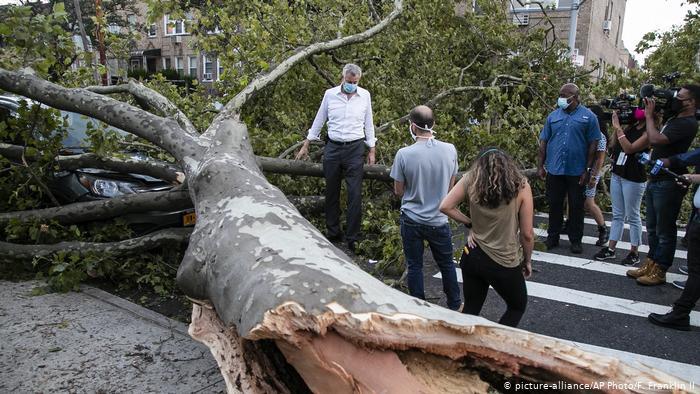 Photo of Vientos huracanados de Isaías causan muerte y destrozos en NY y N. Jersey