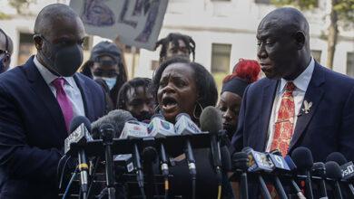 Photo of Familia de hombre negro baleado por policías en EEUU exhorta a la calma