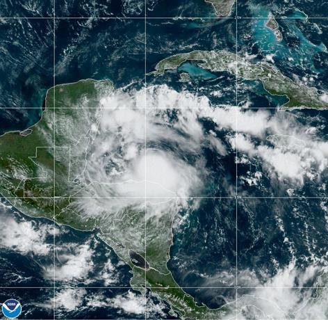 Photo of Nana se convierte en huracán y avanza hacia Belice