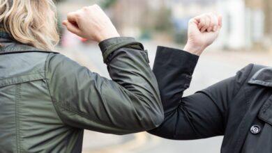 Photo of La OMS recuerda su recomendación de evitar saludar con el codo porque no se guarda la distancia