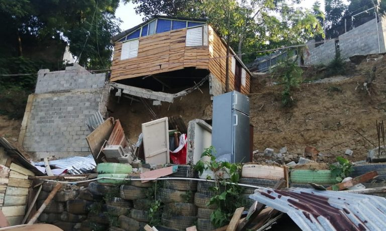 Photo of Colapsan dos viviendas en el barrio Los Santos
