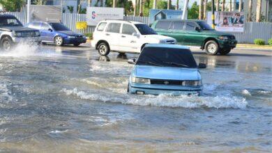 Photo of Rotura de tubería afecta negocios y desborda calles