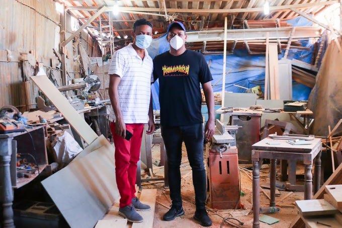 """Photo of """"El Boli"""" dona su primer sueldo como diputado a dueño de taller que le robaron las máquinas"""