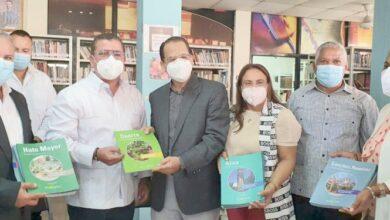 Photo of Funglode entrega libros proyecto 2024 a biblioteca municipal SFM