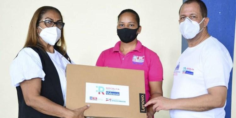 Photo of Regional Educación 07 inicia entrega de computadoras a maestros